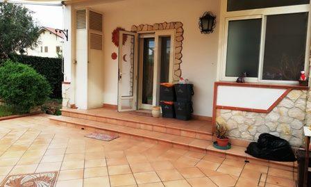 Borgo Hermada zona centrale proponiamo RIFINITISSIMA villa a schiera angolare con ampi spazi esterni entrata autonoma – con cancello automatico
