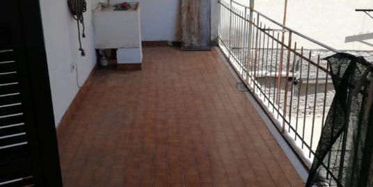 Terracina centralissimo appartamento con entrata autonoma di mq. 153 circa in palazzina d'epoca                  euro 195.000 trattabili                 zzina storica c