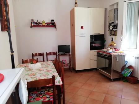 Terracina centro al piano primo proponiamo appartamento di mq. 110 composto da: Ampio ingresso – salone – 2 camere da letto grandi – cucina abitabile – bagno -cucina e