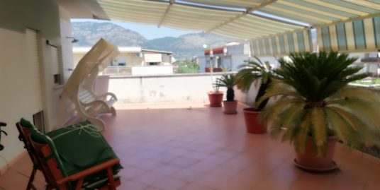 Terracina a circa mt. 300 dal mare attico in contesto residenziale – ottimo stato con mq. 100 di terrazzo esclusivo.